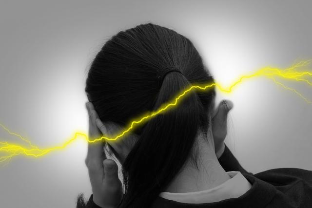 姿勢の悪さやストレスが頭痛の原因