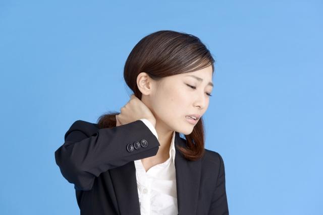 頸椎ヘルニアの症状に悩む女性