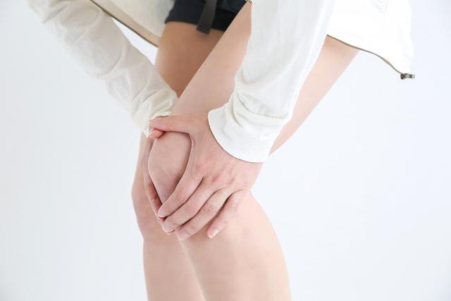 膝の痛みが気になる女性