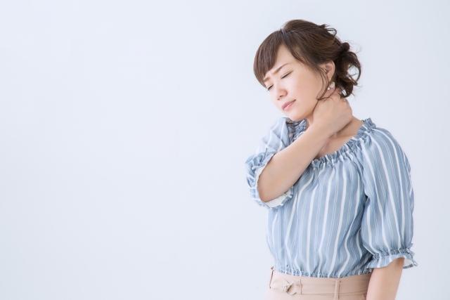 ストレートネックの症状に悩む女性